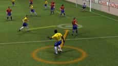 Review PES 2008 - Pro Evolution Soccer: Met de cursor kun je de baan van de bal bepalen.