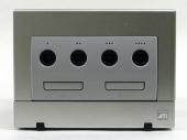 De socket waar je de controller in doet (<a href = https://www.mariocube.nl target = _blank>GameCube</a>).