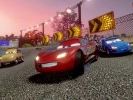 En iedereen uit de film is erbij: Bliksem McQueen, Taken, Sally en nog veel meer auto's!