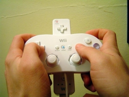 Klik je <a href = https://www.mariowii.nl/wii_spel_info.php?Nintendo=Wii-afstandsbediening>Wii Mote</a> zo achter deze handige controller.