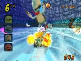 Kijk uit, er probeert daar een gigantisce schildpad te vliegen met twee reusachtige veren!