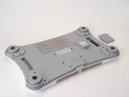 Haal het klepje weg waar de batterijen thuishoren en steek de D3mon-batterij erin.