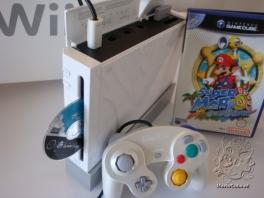 Sluit een GameCube controller aan en je kan ook <a href = https://www.mariocube.nl/GameCube_Cheats_en_Reviews.php target = _blank>GameCube Spellen</a> spelen op de Wii!