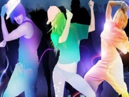 Elk dansje wordt voorgedaan door verschillende kleurrijke characters.