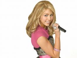Speel als Miley Cyrus met een blonde pruik terwijl ze zichzelf Hannah Montana noemt.
