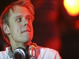 <a href = https://www.mariowii.nl/wii_spel_info.php?Nintendo=In_the_Mix_featuring_Armin_van_Buuren>Armin van Buuren</a>, één van de meest bekende DJ's ter wereld, speelt de hoofdrol in dit spel.