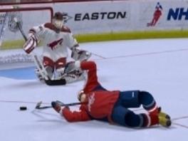 """""""Wie zegt dat je moet kunnen schaatsen bij ijshockey? Op je rug schuiven kan ook!"""""""