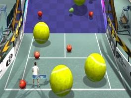 Tennisballen die groter zijn dan een mens? sla daar maar eens een ace mee!