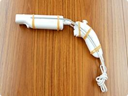 Het prototype van de Wii Zapper. Gemaakt met ijzerdraad en elastiekjes.